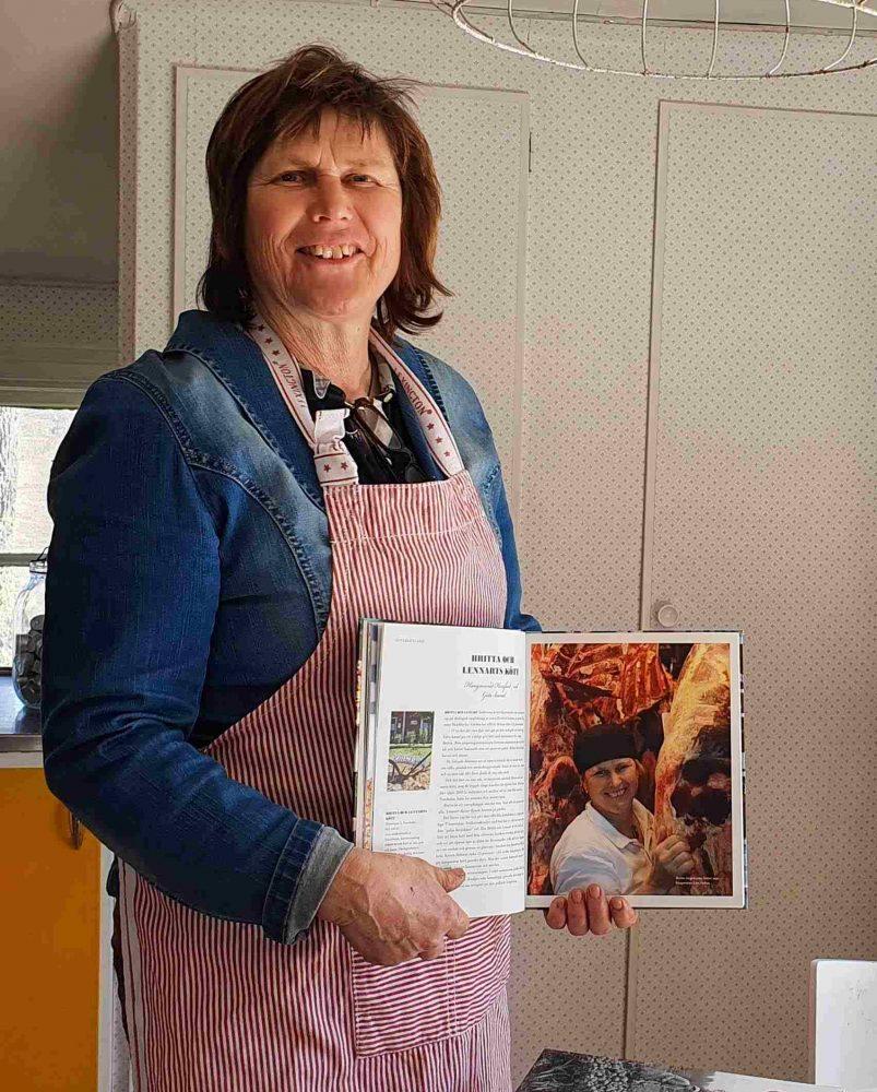 Britta visar sin medverkan i kokbok